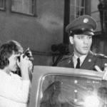 Elvis Presley, amerikanischer Saenger und Schauspieler, bei seiner Ankunft zu einer Pressekonferenz in der amerikanischen Militaerkaserne in Friedberg, am 24.02.1960.