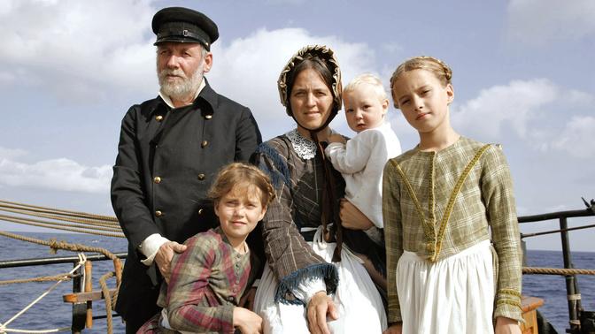 Kapitän Hanns Temme und seine Familie in Kostümen wie vor 150 Jahren: Ulrike Backs, Seelsorgerin in Bonn, mit den Töchtern Leoni und Gwenhwyfar und Söhnchen Paolo.